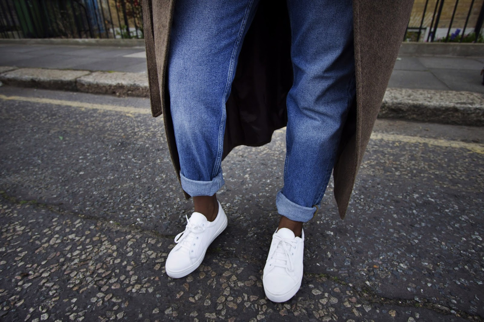 Boyfriend jeans white tennis shoes