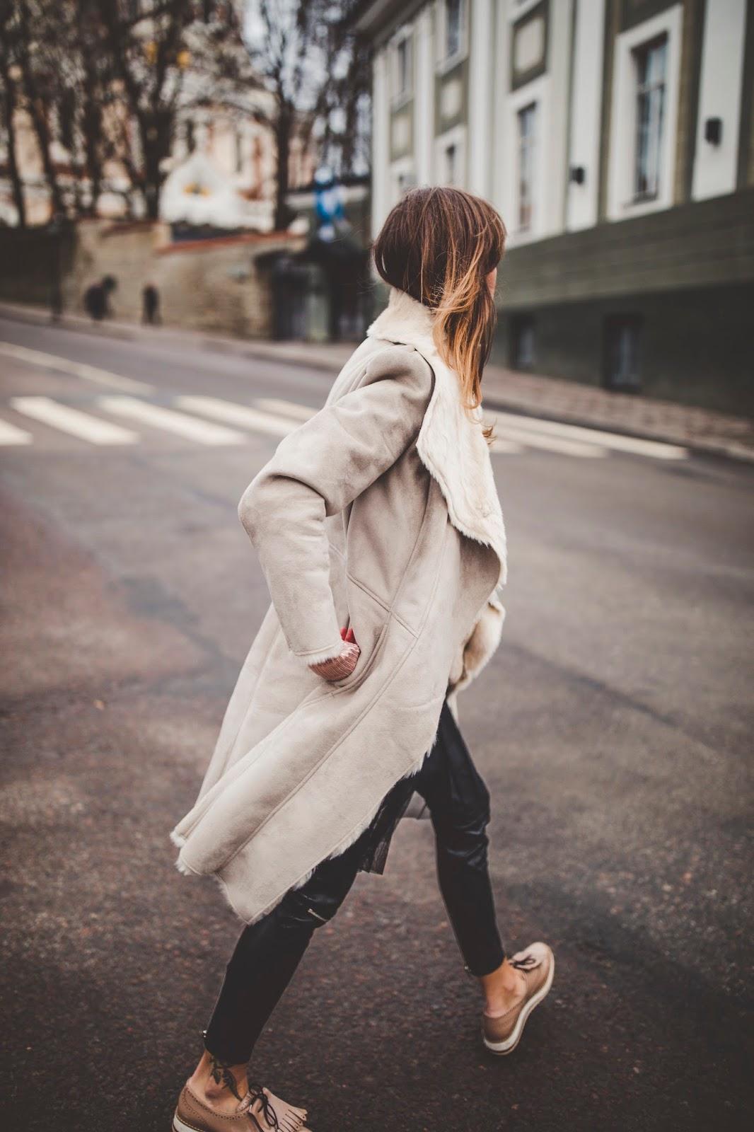 beige shearling coat minimalist street style