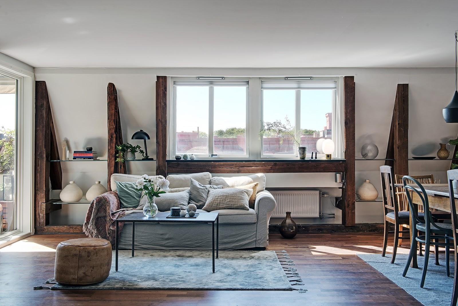 Lemn nefinisat și plan deschis într-o mansardă de 82 m²