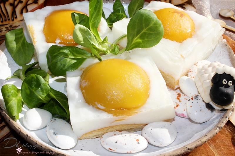 Ciasto jajko sadzone, czyli pianka z maślanki z brzoskwiniami i galaretką