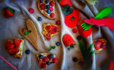 crostini con crescenza e frutta