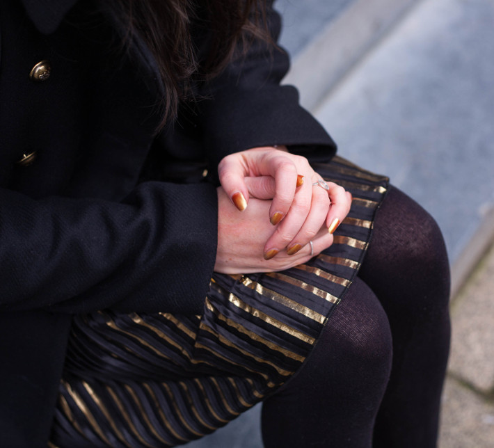 gold pleated skirt, gold manicure
