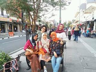Naik Becak di Jalanan Malioboro, Jogyakarta