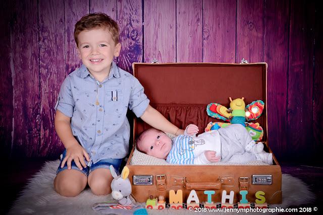 portrait bébé avec son grand frère, bébé dans valise vintage