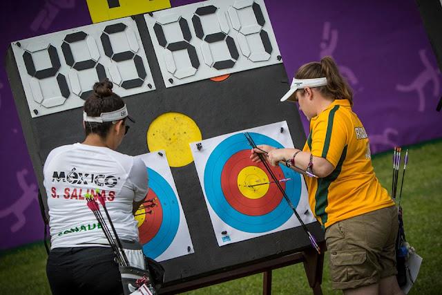 Stephanie Salinas recoge sus flechas tras uno de sus duelos en el tiro con arco de Juegos Mundiales 2017