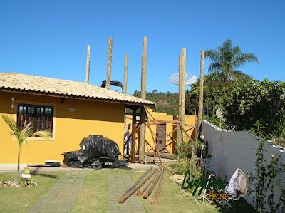 Todos os pilares de eucalipto tratado já chumbados para a construção da sala de estar com a suíte superior.