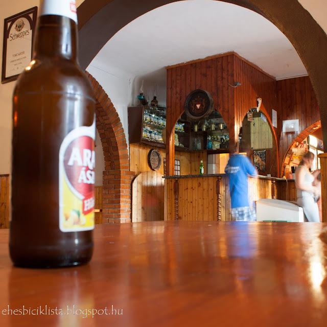 Kübekházi Hársfa Söröző pultja és sör az asztalon