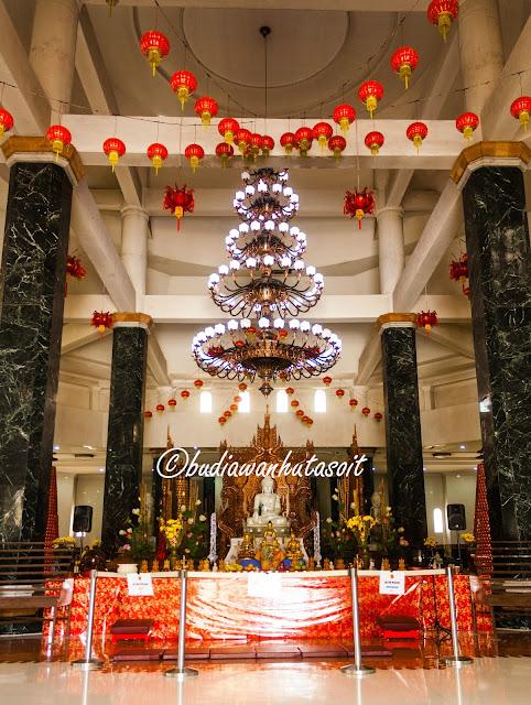 tempat sembahyang di dalam pagoda taman lumbini