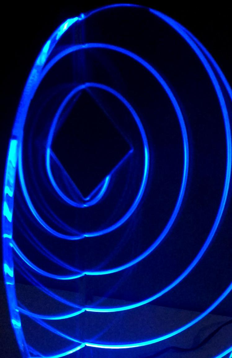 escultura em acrílico transparente com iluminação em LED azul