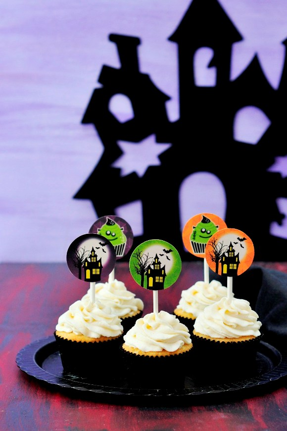 DIY Halloween Haunted House Cupcakes - via BirdsParty.com