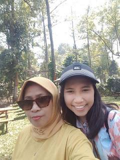 Susi dan Andini di Cafe Dancok, Pujon, Malang