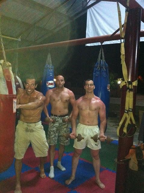 Entrenando en un ring de Muay Thai