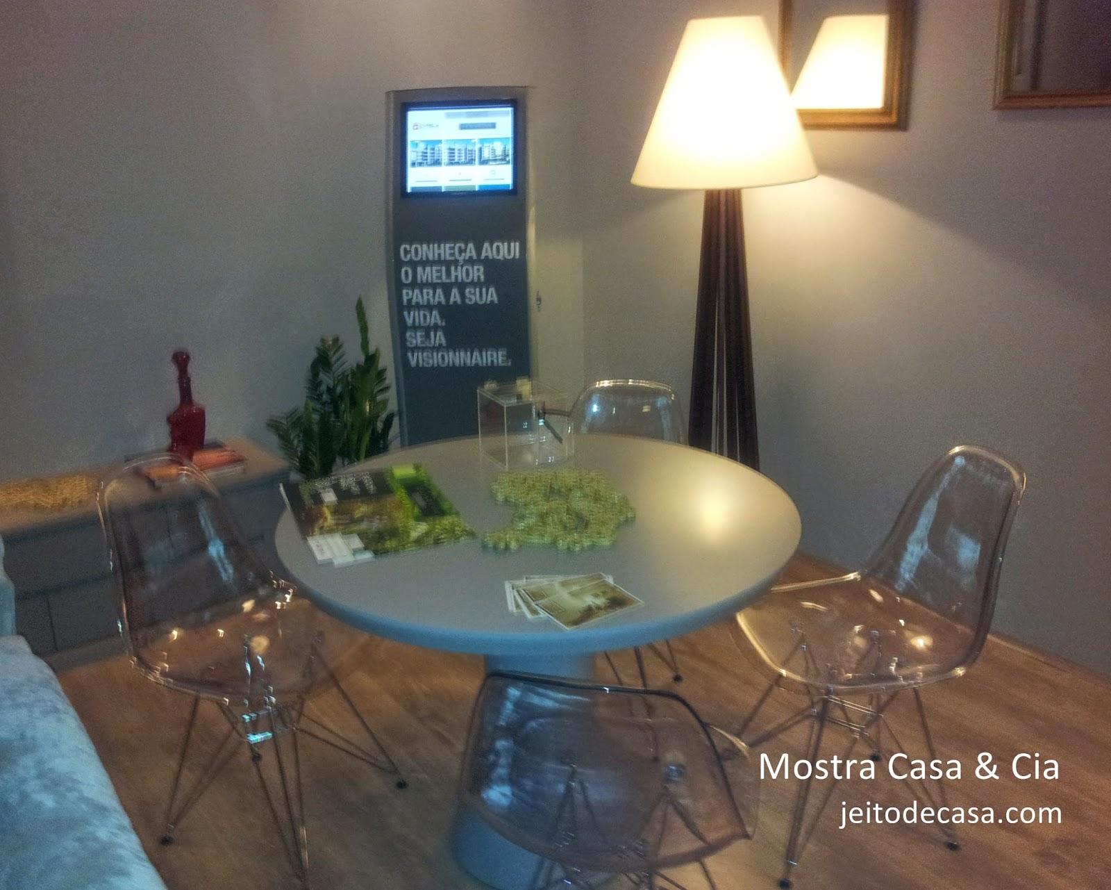 cadeiras eiffel transparentes e mesa redonda