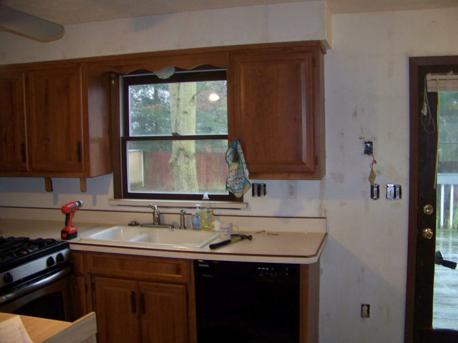 Primer for painting kitchen cabinets seeshiningstars for Best paint for kitchen cabinets uk