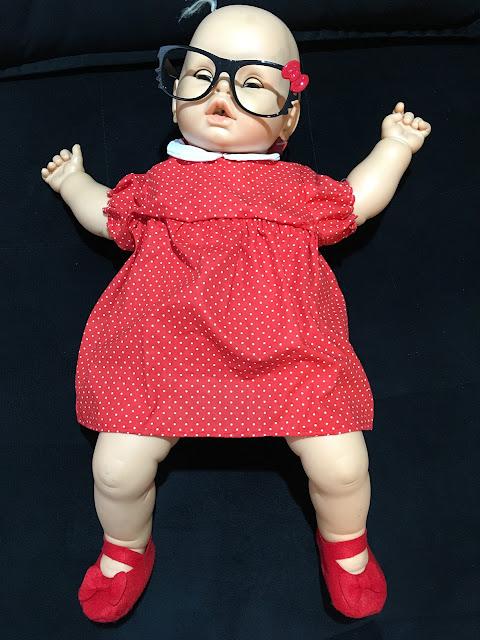 Meu Bebê restaurada, com vestidinho vermelho retrô e óculos de gatinha