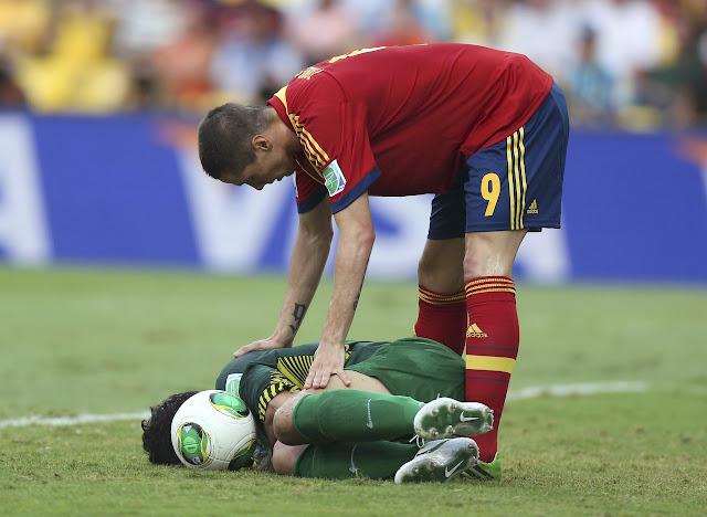 Fernando Torres ayuda a Mickaël Roche, portero de Tahití en la Copa Confederaciones 2013