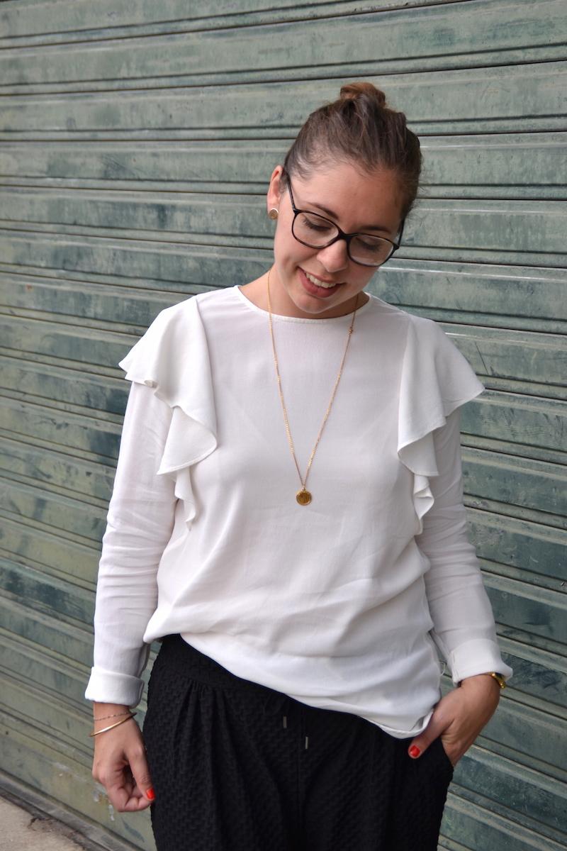Pantalon jogger H&M, blouse a volants H&M, collier backstage store.
