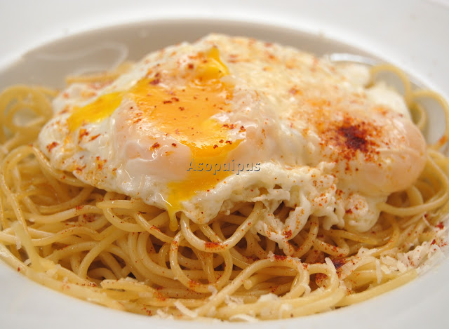 Espaguetis con Huevo Frito (Spaghetti con Uovo Fritto)