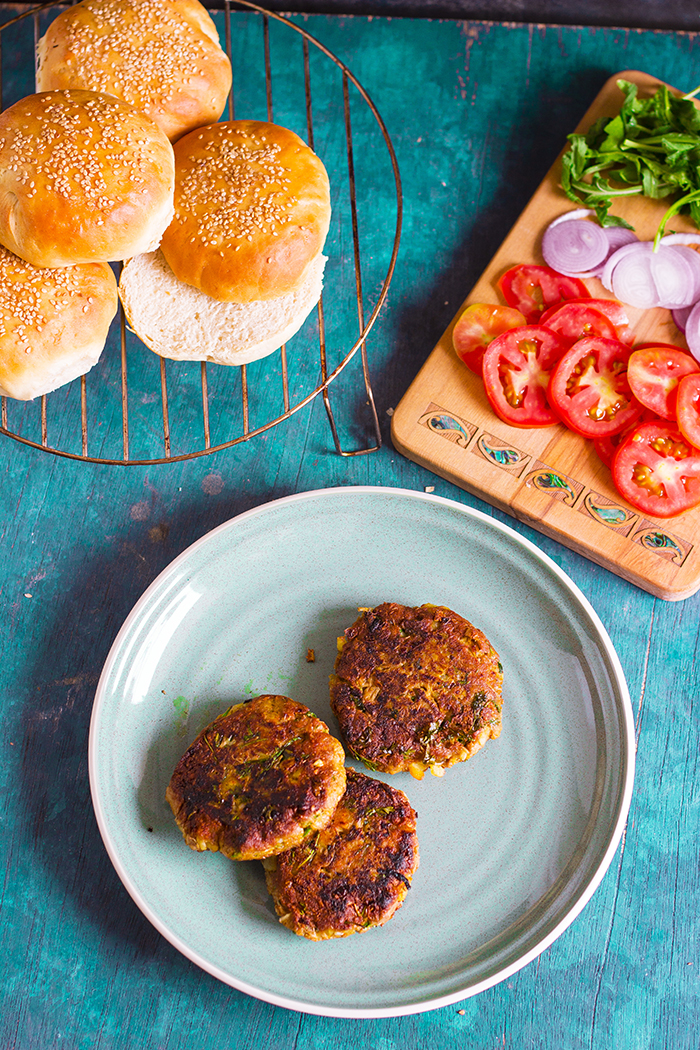 vegan jackfruit burger with jackfruit patty