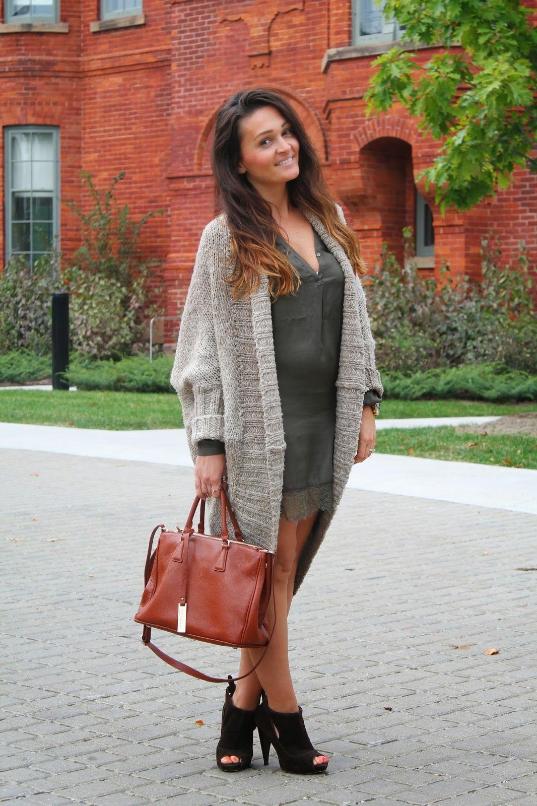 Fall outfit, silk dress, oversized sweater, olive green dress, toronto street style, blogerke, jesenja moda, canadian fashion blogger