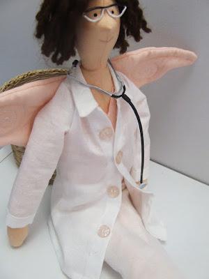 Krysia to uszyła na zamówienie anielica lekarka tilda ze stetoskopem i w okularach