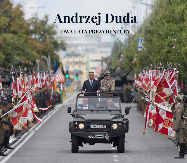 Prezydent  Andrzej Duda jedzie w samochodzie podczas uroczystości