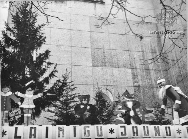 """Декабрь 1977 года. Рига. Universālveikala """"Bērnu pasaule"""" galvenās ieejas Jaunajam gadam veltīts noformējums (автор фото: G. Maidanovs)"""
