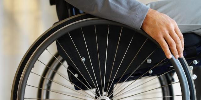 Video: joven en silla de ruedas sube puente y nadie le ayuda