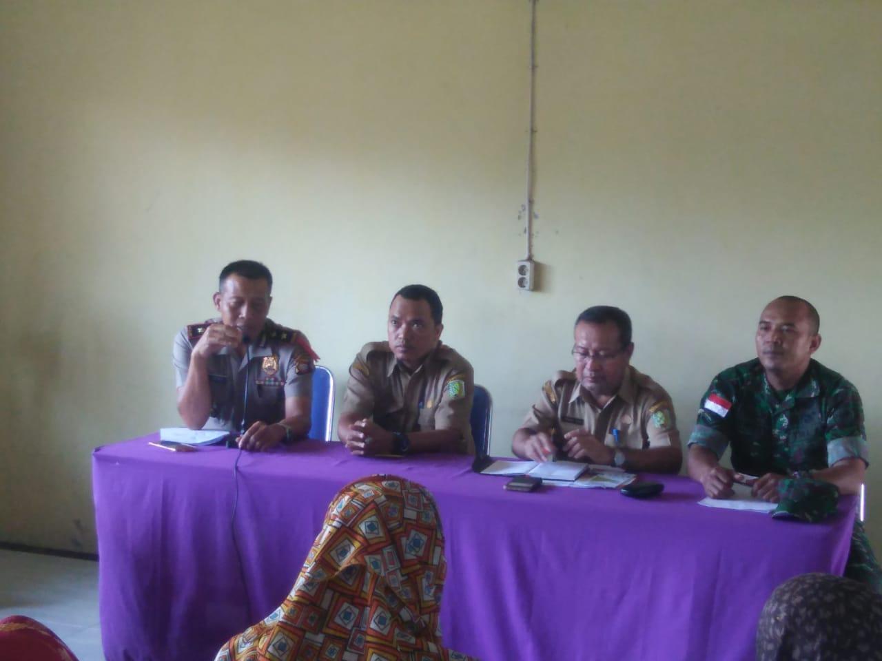 Kapolsek Sambas Dukung Dan Hadiri Program Keluarga Harapan Di Kantor Camat Sebawi