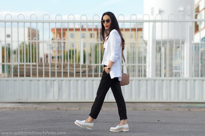 Look con zapatos cómodos mocasines blancos efecto brillante de Fratelli Rossetti chaqueta blazer remangada y pantalones de vestir de Zara