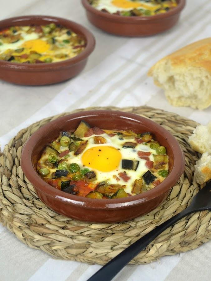 Huevos al plato con jamón y verduras