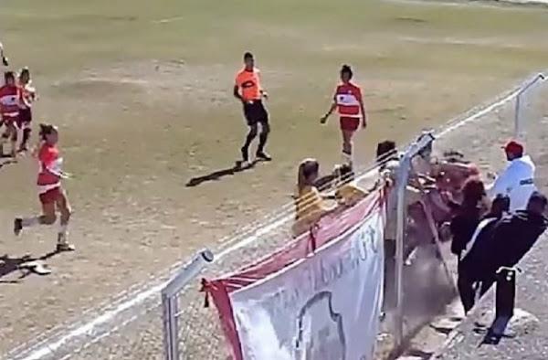 Έπαιξαν ξύλο σε γυναικείο αγώνα ποδοσφαίρου! Σε ρινγκ μετατράπηκε το γήπεδο (video)