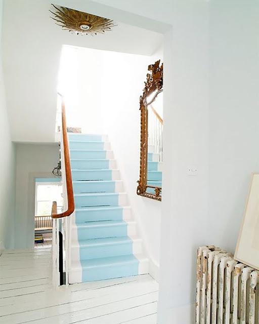 escalier décoration peint en blanc et bleu clair