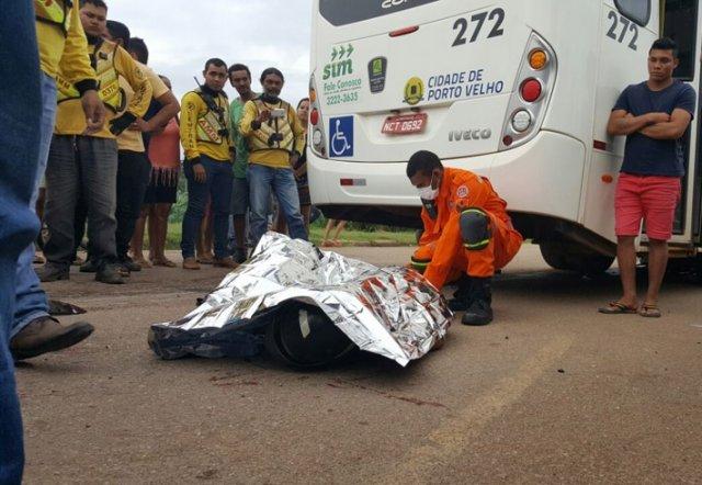 Motorista de ônibus atrapela e esmaga cabeça de motociclista, carona se salvou