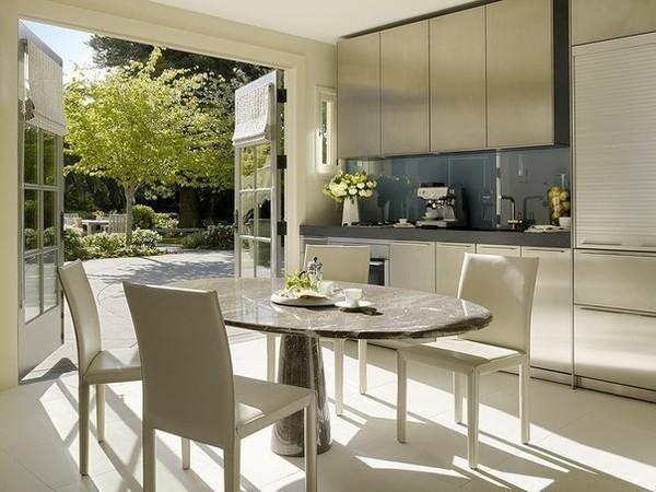 светлая кухня с выходом во двор