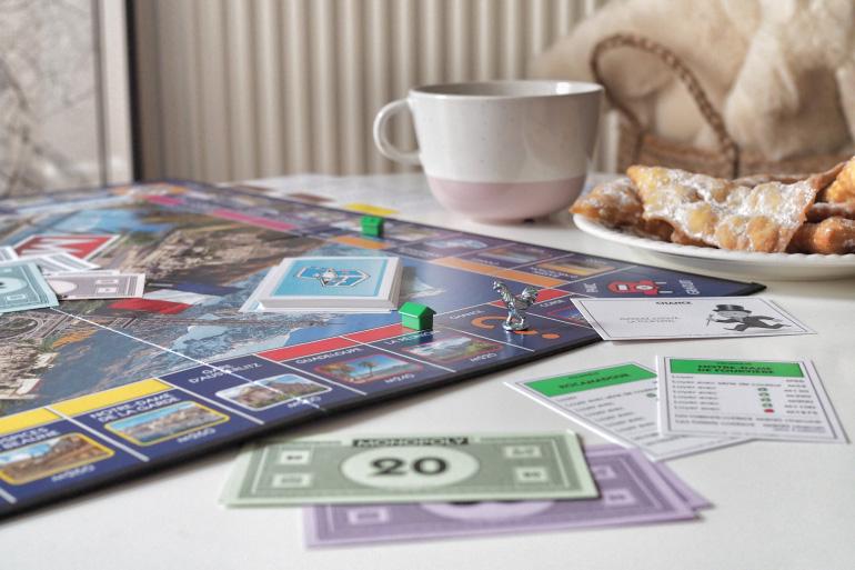Après-midi hygge entre amis autour d'une partie de Monopoly