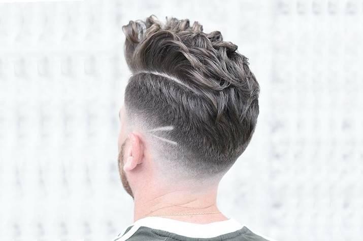 Um dos tipos de cortes de cabelo masculino degrade com risco perto da nuca