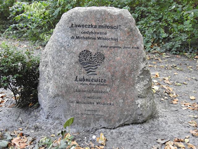duży kamień przy ławeczce miłości w Lubniewicach