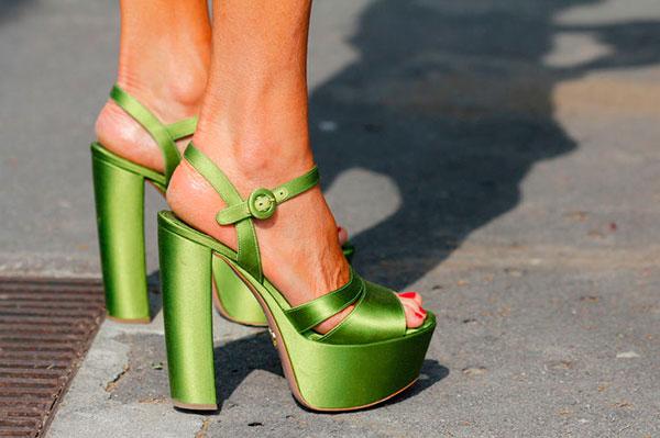 Resultado de imagem para greenery pantone shoes