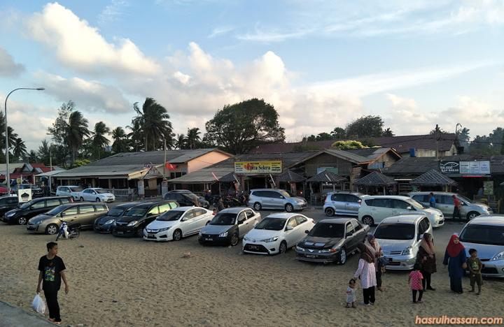 Deretan kedai makan di Pantai Cahaya Bulan