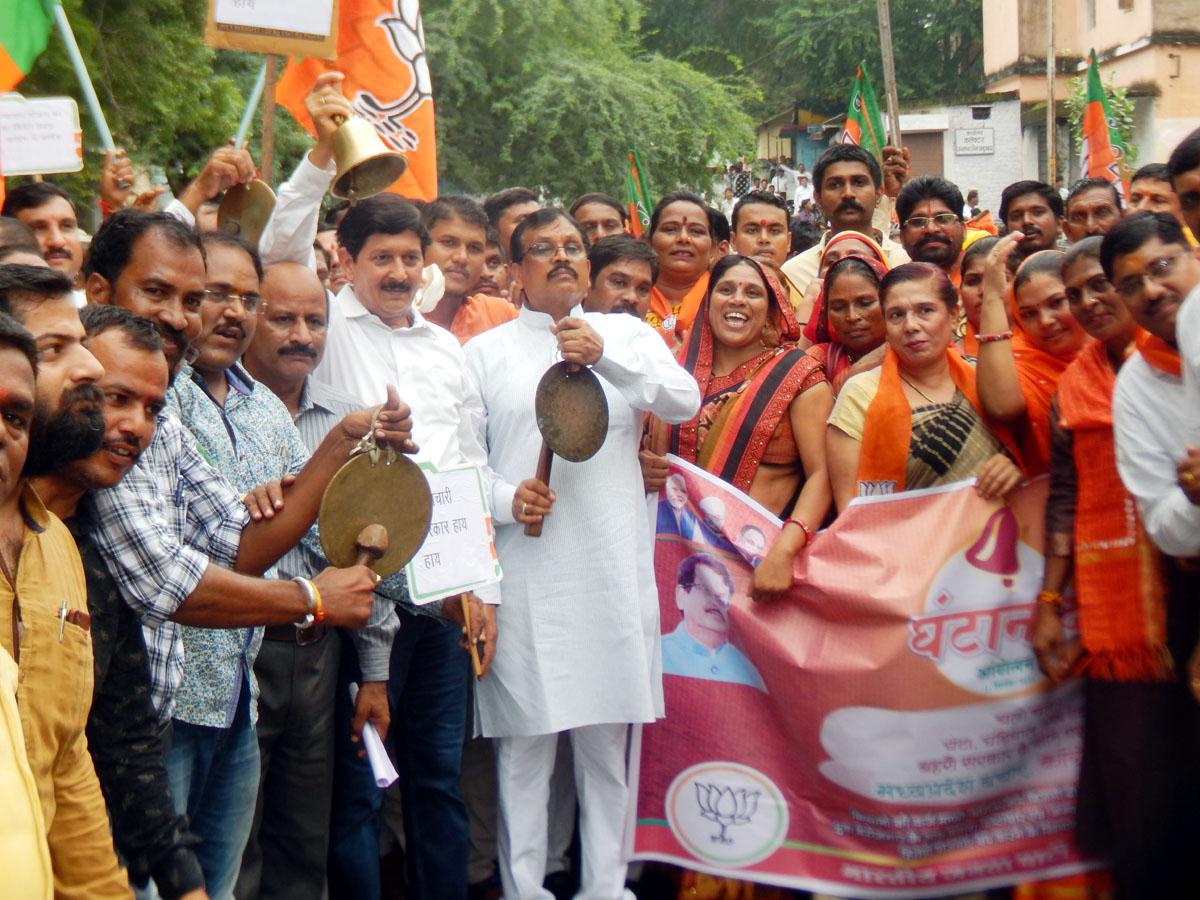 Jhabua News-घंटानाद आंदोलन में कलेक्टर कार्यालय पर भाजपा का जंगी प्रदर्शन