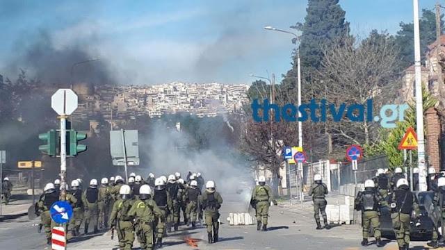 Σοβαρά επεισόδια ΤΩΡΑ στη Θεσσαλονίκη μεταξύ αντιεξουσιαστών και ΜΑΤ (video)