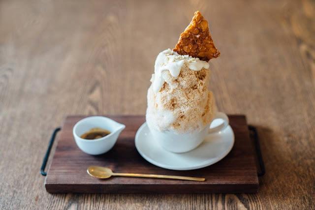 Swan極致鵝絨冰削機 · 鵝絨日式刨冰機 · 鵝絨雪花冰機 #給愛好蔬食的你的刨冰提案 #寫真教室裡的烏雲密布刨冰 黑糖黃豆粉鵝絨冰使用咖啡杯當冰碗,頂部裝飾有甜奶油與三角形杏仁餅乾-swan-kakigori-Photography-studio-cafe-nana-tsumori-kinako-shaved-ice-with-cookie-and-cream-topping