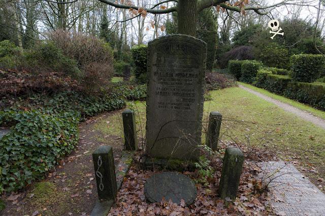 Hojas de palma en relieve en la piedra de una lápida de Huis te Vraag
