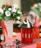 Centre de table et photophore en carton pour un mariage sur le thème Cabaret, en forme de Moulin Rouge, avec le prénom des mariés.