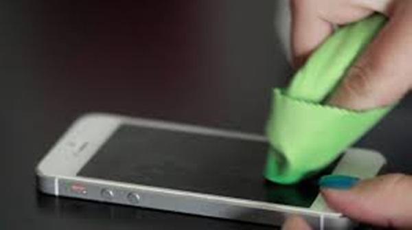 3 Cara Mengatasi Layar Smartphone Sering Berminyak