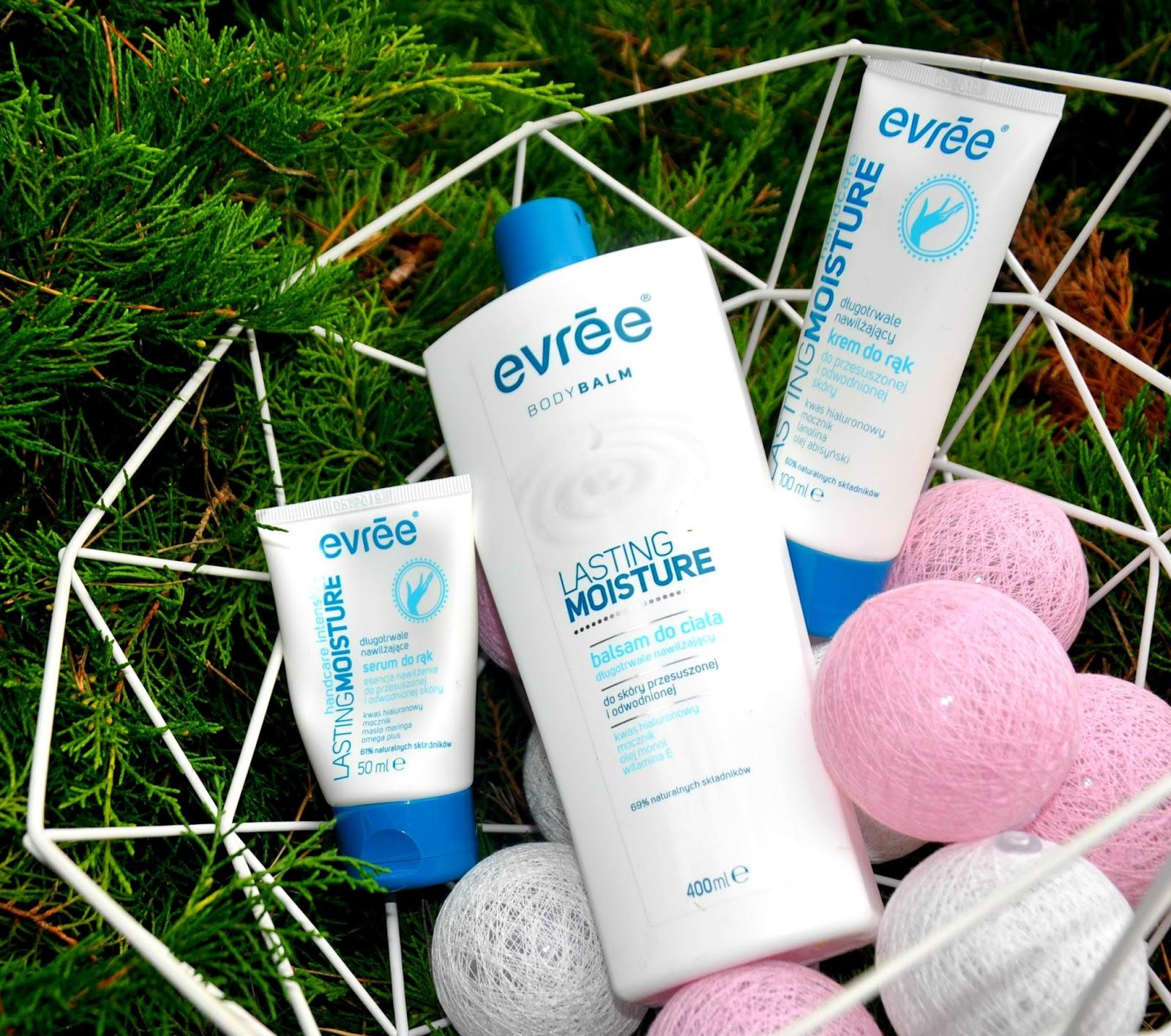 LASTING MOISTURE - tak nazywa się seria kosmetyków przeznaczonej do pielęgnacji przesuszonej i odwodnionej skóry. Zadaniem produktów jest intensywne nawilżenie, odżywienie i  i ochrona przed czynnikami zewnętrznymi. Dziś zapraszam Was na recenzję długotrwale nawilżającego balsamu do ciała, serum i kremu do ust marki Evree z serii Lasting Moisture. Balsam został zamknięty w dużym, białym opakowaniu o pojemności 400 ml. Nie sprawia problemów z wydobyciem kosmetyku do samego końca. Posiada solidne zamknięcie na klik dzięki któremu mam pewność że kosmetyk nie wyleje się z opakowania. Ma dość gęstą, dość treściwą konsystencję, która idealnie wchłania się w przesuszoną skórę.  Pozostawia na skórze warstewkę, ale nie jest to w żadnym wypadku tłusta i lepiąca powłoczka, raczej bariera ochronna o działaniu kojącym. Balsam doskonale nawilża, skóra już po pierwszym użyciu staje się elastyczna, miękka i dobrze nawilżona. Niweluje uczucie szorstkości i koi skórę.  Działa regenerująco, ułatwia gojenie i odnowę uszkodzonego naskórka. Wykazuje wyjątkowo silne właściwości łagodzące, nawilżające i zmiękczające skórę. Od momentu gdy zaczęłam używać to balsam zapomniałam już co to znaczy mieć przesuszone łokcie i kolana. Już po pierwszym użyciu zauważyłam dobroczynny wpływ tego produktu na moją skórę. Balsam swoją skuteczność zawdzięcza zawartości cennych składników aktywnych: m.in. 5 olejków, 3 witaminy, masło shea, gliceryna, naturalne woski roślinne Ma zbawienne działanie na skórę, zapewnia jej piękny wygląd, przywraca naturalną elastyczność, gładkość i miękkość Kosmetyk ma przyjemny lekko słodkawy zapach który utrzymuje się przez chwilę na skórze. Jest bardzo wydajny - wystarczy naprawdę niewielka ilość aby go doskonale rozprowadzić.