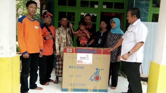 penyerahan Kursi roda baru untuk ananda Fauzi disaksikan Camat Bangsalsari