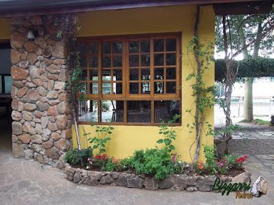 Base com pedras, tipo pedra moledo, na construção com a parede de pedra e a jardineira com pedras.