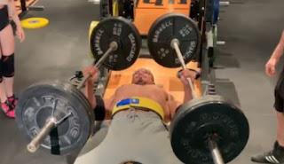 Ακατάλληλο για αγύμναστους: Άνδρας σηκώνει από 110 κιλά σε κάθε χέρι
